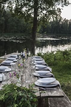 Rustic lakeside dining for a lakehouse party.What a great setting for a picnic! Lakeside Dining, Outdoor Dining, Rustic Outdoor, Place Settings, Table Settings, Al Fresco Dining, Photography Workshops, Decoration Table, Decorations
