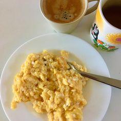 Další věc, co jsem se ještě loni stihla z prvků GAPS diety naučit - kávu pít slabou a až po jídle 😊 ... den začínám troškou šťávy z kysaného zelí nebo řepného kvasu a bylinno-kořeněným čajem (tulsi-kurkuma-zázvor od Organic India), pak přijde na řadu snídaně (někdy to mám o pár hodin posunuté, až k obědu), tentokrát to byla míchaná vajíčka na másle a až na závěr káva / Buttered scrambled eggs, spicy-herb tea (holy basil, ginger, turmeric, cinnamon, black pepper, clove, liquorice), coffee