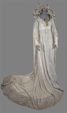 Personnage de Loveday, robe de mariéeLe Secret de Moonacre, costume design: Beatrix Aruna Pastzor