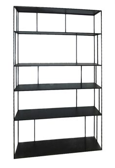 Regal aus Eisen, schwarz lackiert. Spezifikationen: Material: Metall Farbe: Schwarz Abmessungen: H: 180 cm, B: 30 cm, T: 110 cm Designer: studio pp