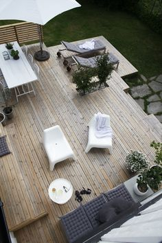 Wood deck / terrace at the beautiful monochrome Norwegian home of Elisabeth Heier in summer time. Wood deck / terrace at the beautiful monochrome Norwegian home of Elisabeth Heier in summer time. Garden Deco, Terrace Garden, Terrace Ideas, Balcony Ideas, Small Terrace, Wooden Terrace, Small Balconies, Patio Ideas, Backyard Ideas