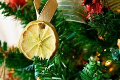 un ornement sapin de Noël d'une tranche de citron séchée et un ruban jaune