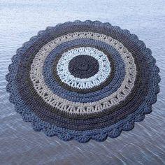 Sinisävyinen design matto, jonka värimaailma päästää mielikuvituksen valloilleen myös talven keskellä. Crochet Designs, Interior Decorating, Carpet, Rugs, Handmade, Blue, Home Decor, Drawing Room Interior, Homemade Home Decor