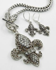 Wow, Love it!! From de Ketch Jewerly Boutique this georgeus Fleur the Lis on Antique Silver.