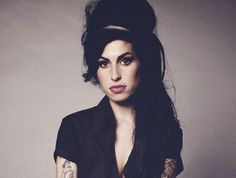 """A Livraria Saraiva recebe a mostra """"I Go Back to Us"""", com ilustrações sobre a cantora Amy Winehouse, de 15 a 19 de setembro. Saiba mais"""