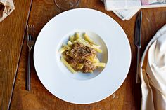 """Chiariamo subito. Di """"Genovese"""" questo piatto ha solo il nome. Le origini sono squisitamente campane (e squisitamente non è usato a caso). Si dice che i marinai della """"Superba"""" che nel XVIII secolo sbarcavano a Napoli cucinassero la carne in modo tale da ricavarne un sugo denso, perfetto condimento per la pasta. Scarpetta assicurata."""