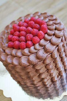 ¡Precioso pastel Petal Cake de chocolate y frambuesa! Una gran receta detheculinarychronicles. #Receta #PetalCake #Chocolate