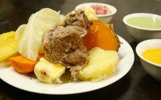 53 - Conoce el origen del sancochado - Por un lado tenemos al timpu (o timpo), sopa andina que se prepara a base de col, carne de alpaca y tubérculos. Es un plato típico de los carnavales (febrero) y suele servirse a la hora del almuerzo: El otro padre de la que es quizás nuestra sopa de bandera, es el reponedor cocido madrileño, uno de los platos más representativos de la cocina española.