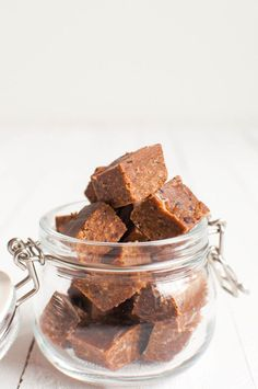 Healthy licorice fudge is raw, vegan and refined sugar free. Vegan Baking, Healthy Baking, Healthy Treats, Desert Recipes, Raw Food Recipes, Chocolate Sweets, Fun Desserts, Sweet 16, Fudge