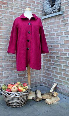 Manteau Clotilde Très à la mode, superbe manteau fuchsia en laine bouillie  . Plis plat dans le dos. Se ferme à l aide de 5 gros boutons noir 89,99 € 08dae9e0e44