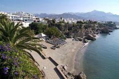 La pequeña playa del Balcón de Europa, en Nerja, Málaga