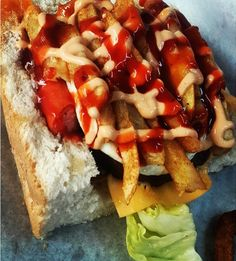 Sphatlho or Kota - the best of South African street food! South African Braai, South African Dishes, South African Recipes, African Jokes, Extreme Food, Antipasto Platter, Snap Food, Fast Foods, Pub Food