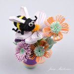 Beautiful quilling bouquet and bee. Photo by Vcelka kvet Quilling Videos, Paper Quilling Designs, Quilling Craft, Quilling Patterns, 3d Paper, Paper Crafts, Quilling Flowers Tutorial, Foto 3d, New Crafts