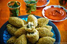 KNUSPERKABINETT: Vegane und glutenfreie Kibbeh mit Linsen-Pilz-Füllung und frischer Zimtharissa