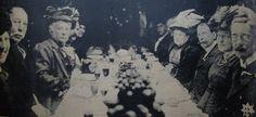 """Almuerzo en la fragata """"Presidente Sarmiento"""". Al lado de la Infanta el Ministro de Relaciones Exteriores y Culto Victorino de la Plaza que sería el Presidente de la República al que le tocaría la celebración del centenario de 1916."""