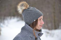 magnifique tuque pour la prochaine saison hivernale. Doublure en bambou. Winter Hats, Fashion, Pom Poms, Bamboo, Tricot, Accessories, Fashion Styles, Moda, Fashion Illustrations