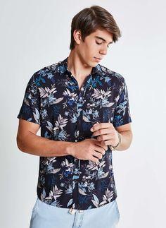 A camisa florida masculina com uma tonalidade mais fechada combina bastante  com peças mais alegres 80ffd18b4a9