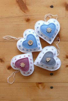 Krásná romantická dekorace, velikost x cm.very pretty little felt hearts.Hearts of blue white rose and gray with little buttons, appliqués and stitchingRed and white or red and black with green embroidery flossSo cute - tiny felt hearts Felt Christmas Decorations, Felt Christmas Ornaments, Christmas Sewing, Handmade Christmas, Crafts To Make, Christmas Crafts, Winter Christmas, Fabric Hearts, Heart Crafts