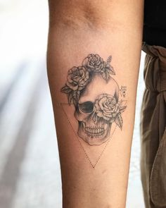 Tatuagem caveira com rosas
