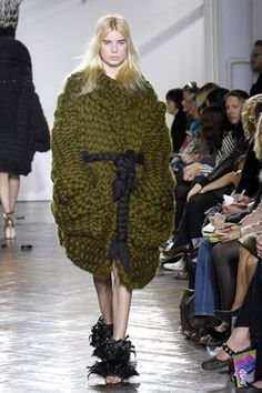 Giles Deacon Fall 2007 Ready-to-Wear Fashion Show Knitwear Fashion, Knit Fashion, High Fashion, Winter Fashion, Fashion Show, Fashion Design, Runway Fashion, Sonia Rykiel, Missoni