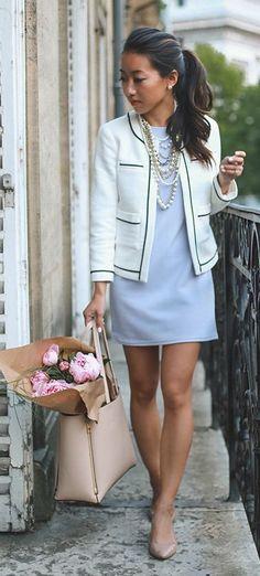 Robe courte bleu pastel, veste blanche de tailleur, sac en cuir rose, collier de perles, queue de cheval, femme chic, Baby Blue Shift Dress Chic Style by Extra Petite