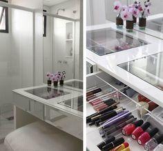 Closet - bancada de maquiagem com gaveta, tampo de vidro e divisórias de acrílico