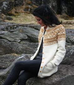 Bilderesultat for kofte med rundfelling Norwegian Knitting, Icelandic Sweaters, Fair Isle Knitting, Knitted Shawls, Crochet Fashion, Knitting Designs, Fall Winter Outfits, Crochet Clothes, Knit Crochet