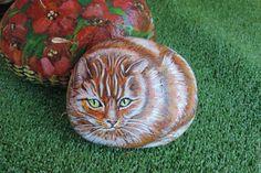 Купить или заказать кот,картина на камне, роспись на камне в интернет-магазине на Ярмарке Мастеров. Кот рыжий, роспись на камне, животные.Камень покрыт акриловым лаком.Камень двухсторонний , с обратной стороны букет полевых цветов.
