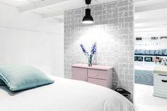 Slaapkamer met hippe accentmuur. Bekijk dit project op http://www.interieurdesigner.be/blog/detail/kindvriendelijk-vakantiehuis-in-amsterdam