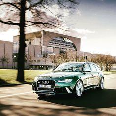 Unser #audiberlinale #caroftheday: Der Audi RS 6  Avant in Verdantgreen. Foto: @robert_schlesinger Kraftstoffverbrauch kombiniert: 96 l/100 km CO2-Emission kombiniert: 223 g/km http://ift.tt/1Pi1RsR #rs6 #verdantgreen #berlinalemoments #berlin #audideutschland #audiberlinale #caroftheday by audi_de