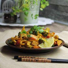 Udon rezance s arašidovou omáčkou - Surová Dcérka Thai Red Curry, Broccoli, Vegan, Ethnic Recipes, Food, Meal, Essen, Hoods, Meals