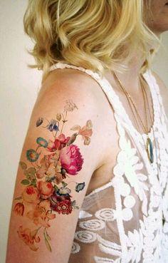 Flores; com cores vivas, esse tipo de tatuagem fica incrivelmente linda! É mais indicada para quem tem a pele mais clara.