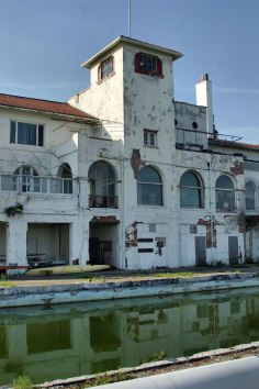 Another crumbling landmark in Detroit, Michigan. the Detroit Boat Club. This is a real shame - a tragedy really, for a once-thriving city to be left in a kind of no-man's land. Old Buildings, Abandoned Buildings, Abandoned Places, Haunted Places, Abandoned Detroit, Abandoned Mansions, Ghost Towns, Architecture, Old Houses