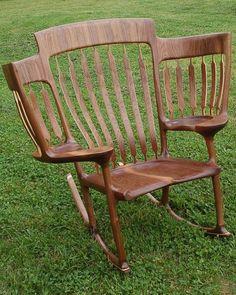 Különleges széket készített az apa, hogy mindhárom gyermeke köré ülhessen