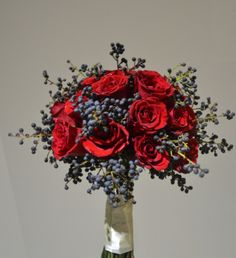 842c7a2f3e red roses with privet berry Suknie Ślubne