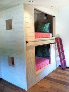 lits superposés, une construction solide avec échelle amovible