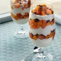Healthy Breakfasts: Melon-Mango Cup cup diced cantaloupe cup diced mango 2 teaspoons lime juice Pinch of ground nutmeg 1 cup fat-free plain yogurt 2 tablespoons chopped pecans Breakfast Options, Sweet Breakfast, Breakfast Recipes, Breakfast Parfait, Parfait Recipes, Smoothie Recipes, Delicious Desserts, Yummy Food, Healthy Food