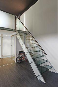 Χαρίστε στη σκάλα σας ασφάλεια αλλά και στυλ, επενδύοντας σε ένα γυάλινο κιγκλίδωμα.