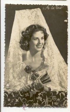 Interesante postal: preciosa joven con mantilla blanca y abanico - escrita dorso Cadiz 1956 (Postales - Galantes y Mujeres)