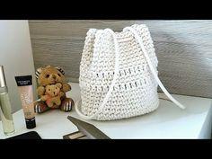 Fuente - Source Mochila Bolsa Infantil de Crochê Com Barbante - Tutorial de Crochê - Crochet Backpack For Kids - DIY Aprende crochet de la forma más fácil en Knitting Videos, Arm Knitting, Crochet Videos, Crochet Granny, Crochet Baby, Knit Crochet, Crochet Handbags, Crochet Purses, Crochet Backpack