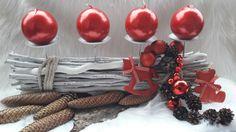 Velký+adventní+svícen+-+Bílá+s+červenou+Pevná+kovová+konstrukce+s+bodci+++velké+kulaté+svíčky+,bílé+pruty+,baňky,+dřevěný+koník,+medvěd+,+šišky,...+celková+délka+50cm+,+výška+se+svíčkami+24cm+U+všech+svícnů+:+neodcházet+od+otevřeného+ohně+Součástí+je+i+volně+nanaranžovaná+kůra+se+šiškami+kolem+dekorace