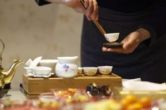 En Chine, on utilise une pince en bambou pour saisir une tasse -- In China, they use bamboo tongs to pick up tea cups.