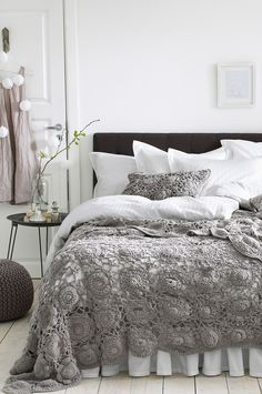 Look at Bed Skirt — Maybe my mom can make this throw blanket for me. 🙂 is creative inspiration for us. Get more photo about home decor related with by looking at photos gallery at the bottom of this page. Home Bedroom, Bedroom Decor, Bedroom Ideas, Design Bedroom, Bedroom Lighting, Modern Bedroom, Master Bedroom, Crochet Bedspread, Crochet Pillow