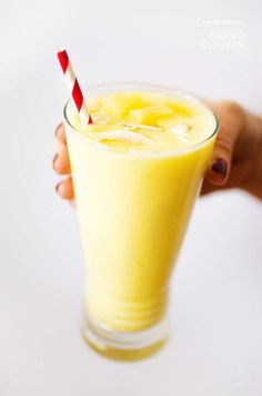 This healthy pina colada smoothie recipe is a vegan treat that's perfect as an easy breakfast or mid-morning treat. the whole family is going to love it! Best Vegan Desserts, Vegan Dessert Recipes, Vegan Treats, Fruit Recipes, Drink Recipes, Pina Colada Smoothie Recipe, Smoothie Drinks, Easy Smoothie Recipes, Vegetarian Recipes Easy