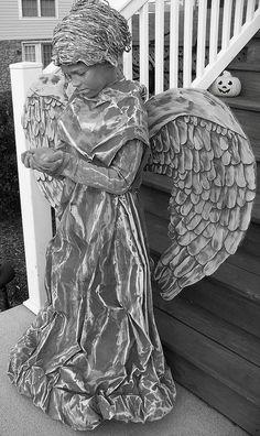 Halloween Kostüm graue friedhofsengel flügel samtkleid