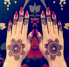 Henna tattoos are a beautiful and traditional way of doing temporary body art. Check out these 25 beautiful Henna tattoo designs to get you inspired! Henna Tatoos, Mehandi Henna, Tatto Ink, Mehndi Tattoo, Henna Tattoo Designs, Mehndi Art, Henna Art, Mehendi, Henna Nails