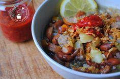 Bruine bonensoep op zijn Indisch geserveerd met rijst, sambal en gebakken uitjes. Deze soep is een van mijn lievelingsgerechten.