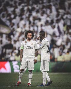 Best pic since Bales waterslide celebration. Real Madrid Team, Real Madrid Football, Mc 12, Real Madrid Wallpapers, Toni Kroos, Neymar Jr, Soccer Players, Man Humor, Guys