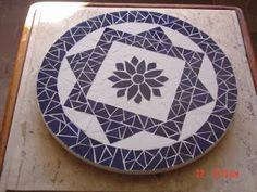 Mania de Arte: Bandejas Giratórias e Mesas em MOSAICO Mosaic Outdoor Table, Mosaic Tile Table, Mosaic Tile Art, Mosaic Diy, Mosaic Garden, Mosaic Crafts, Mosaic Projects, Mosaic Glass, Mosaic Designs
