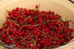 Красную смородину промываем, от хвостиков очищать совсем необязательно, складываем в емкость, в которой будем готовить джем.